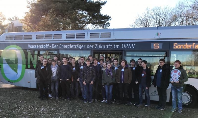 Gruppenfoto vor Wasserstoffbus_bearbeitet
