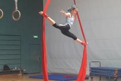 Ein Spagat in der Luft beim Artistik-Workshop